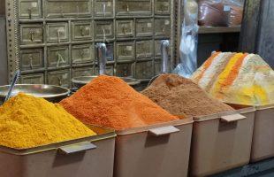 Specerijen in de bazaar van Shiraz