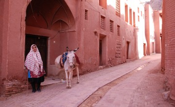 rood straatje in Abyaneh